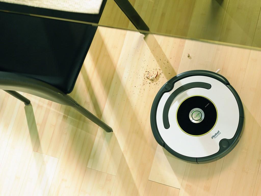 Roomba 620 saugt Schmutz ein